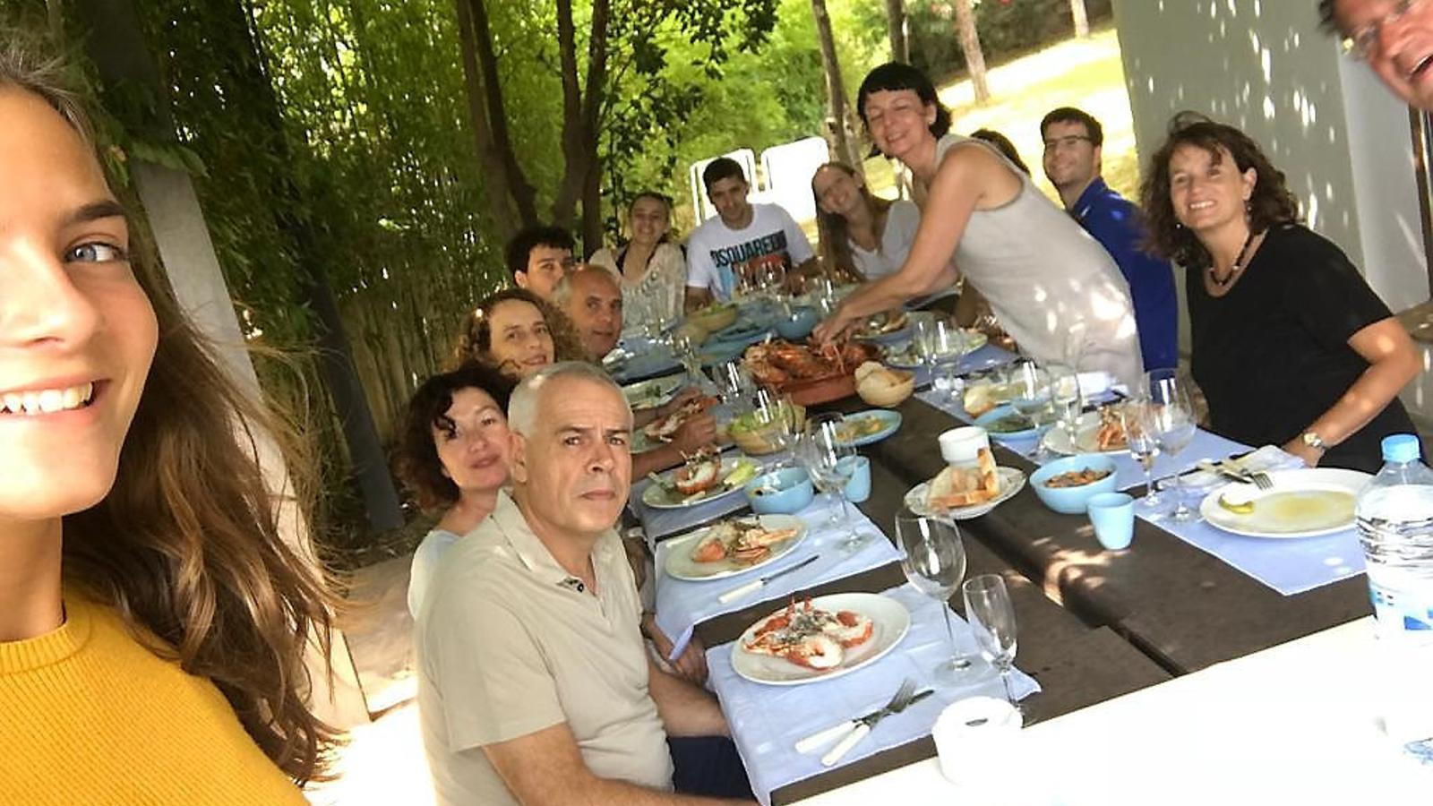 Fina Puigdevall, dreta entre els comensals, en un dinar amb la seva família i amics.
