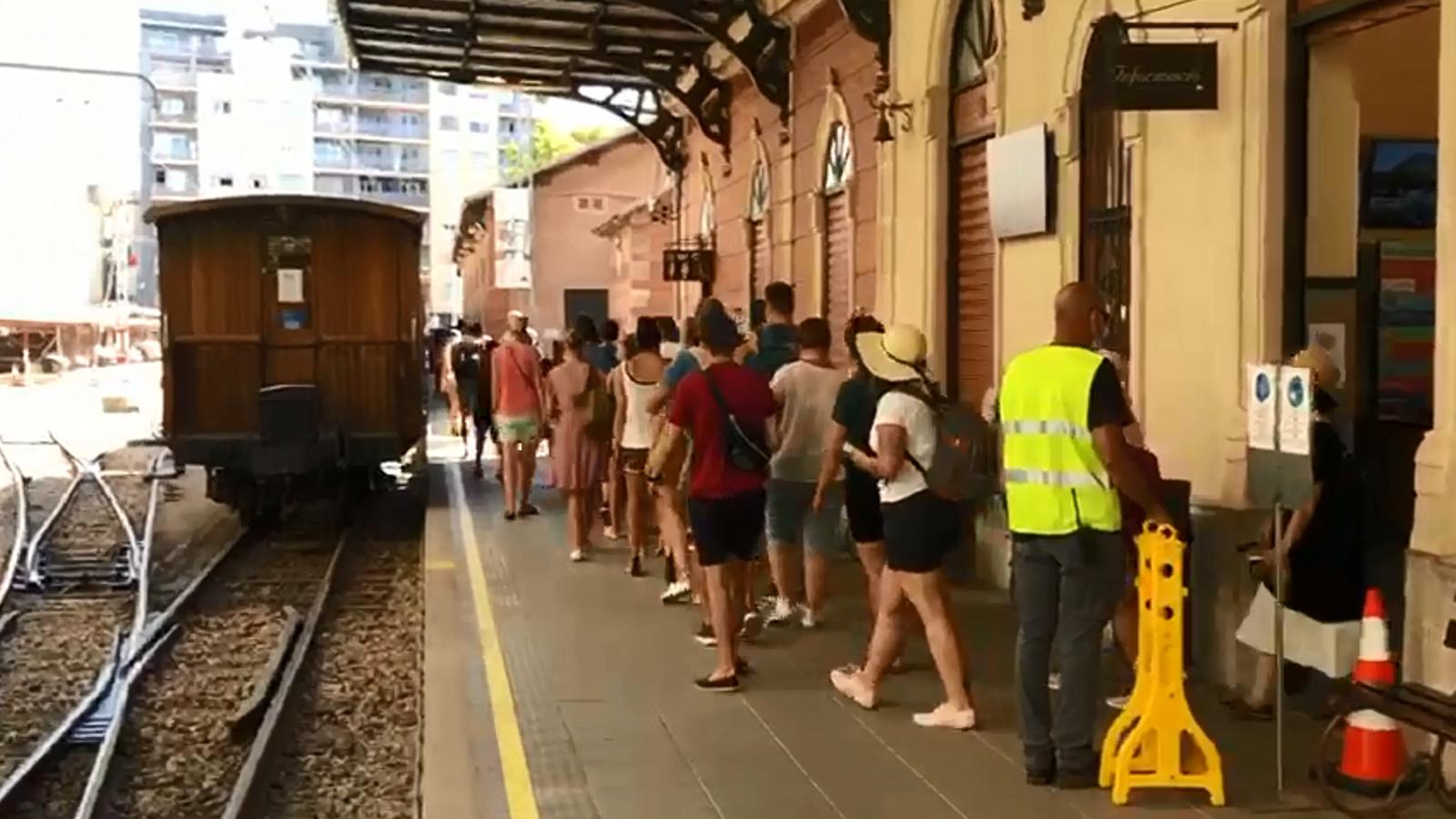 Cues de turistes per pujar al tren de Sóller