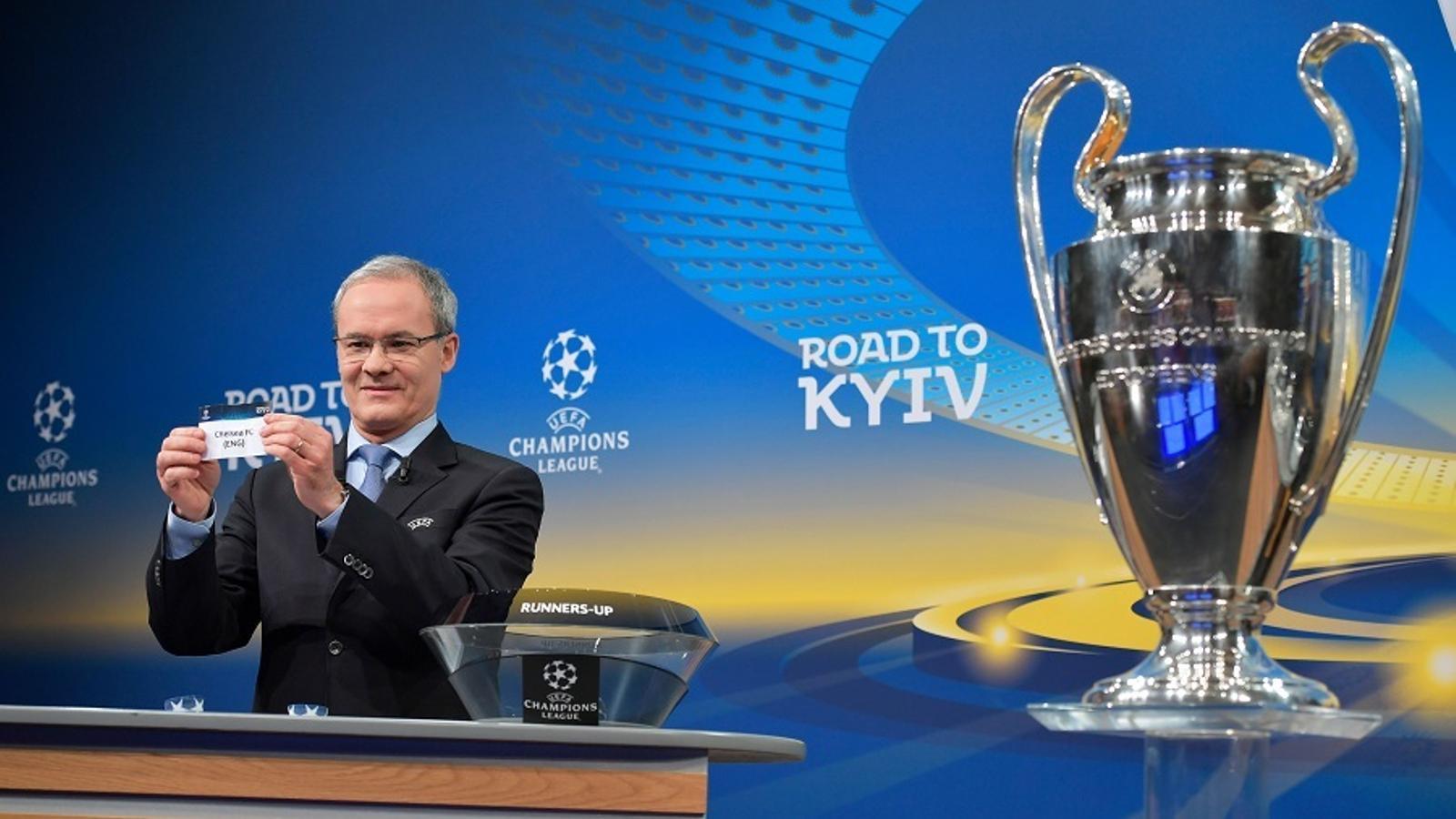 Giorgio Marchetti, director de competicions de la UEFA, treu la bola del Chelsea al sorteig