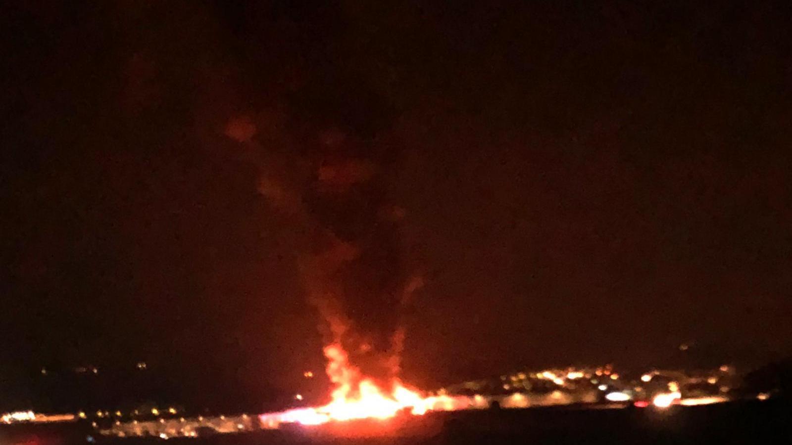 La gran columna de fum que està provocant l'incendi a Sant Fruitós