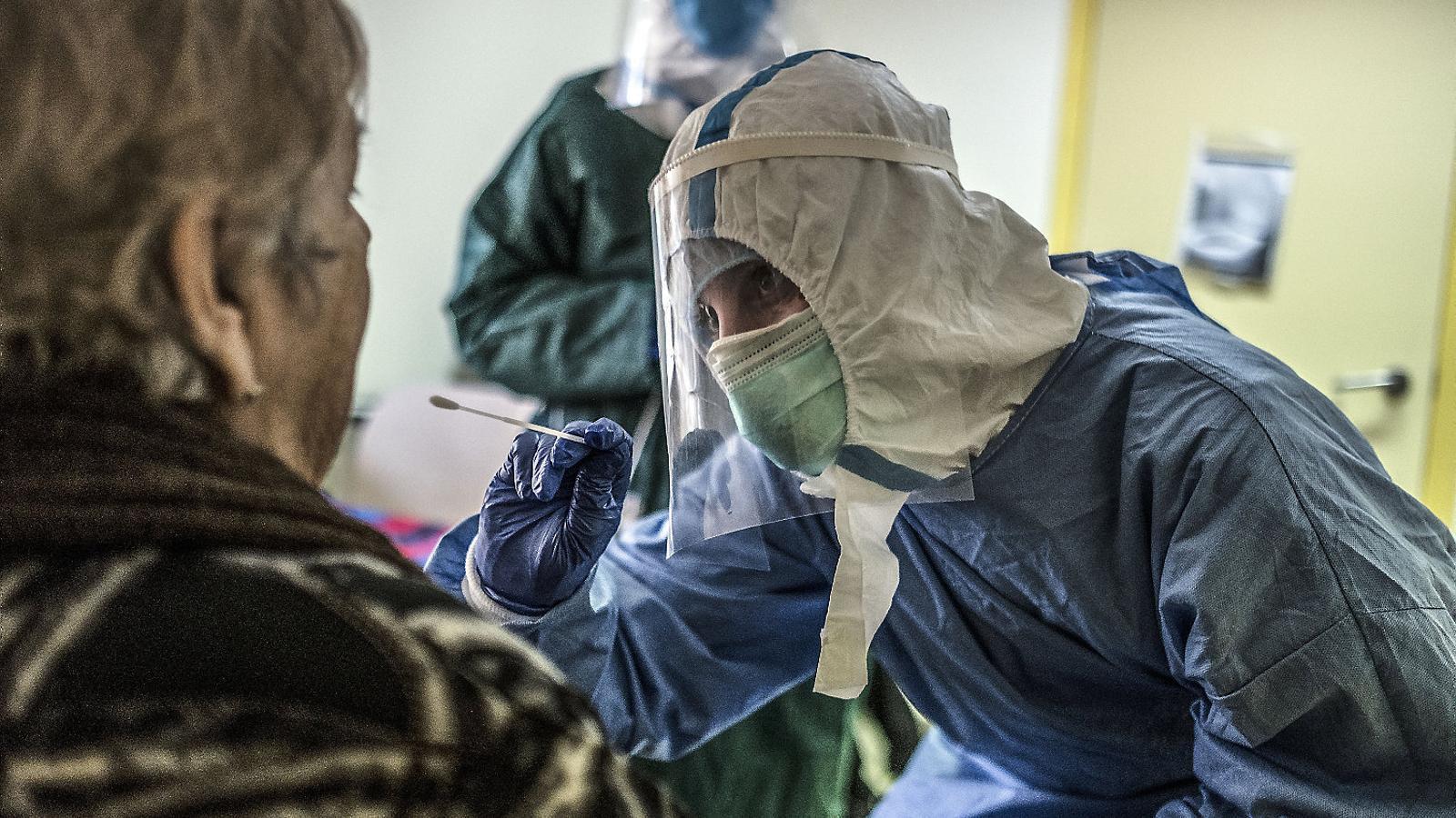 Una voluntària d'Open Arms fent proves de covid-19 en una residència.