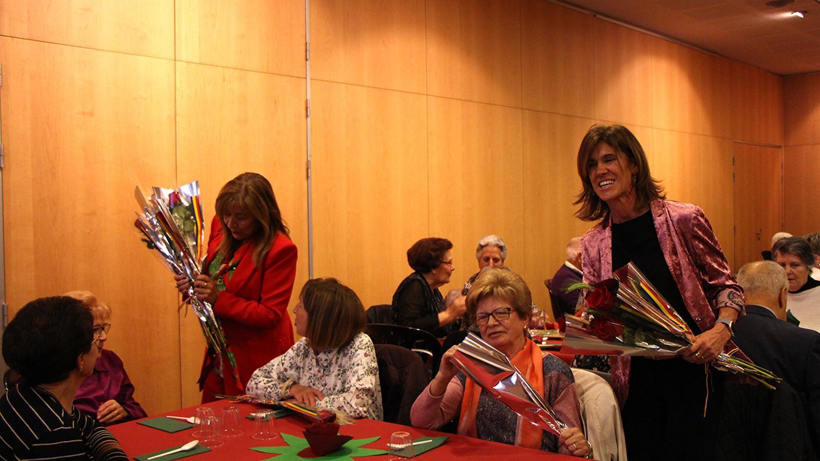 La cònsol major d'Andorra la Vella, Conxita Marsol, i la consellera de Social i Participació Ciutadana, Ester Vilarrubla, reparteixien flors i llibres entre els padrins. / M. F. (ANA)