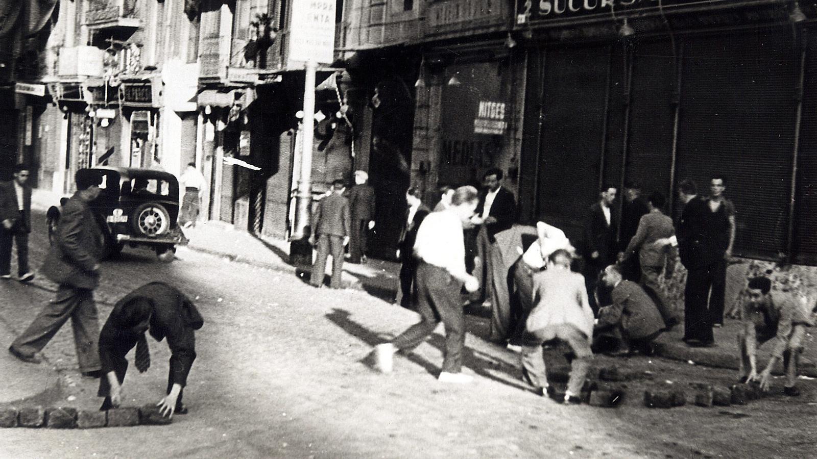 Una de les primeres barricades que es van construir a Barcelona el 19 de juliol de 1936