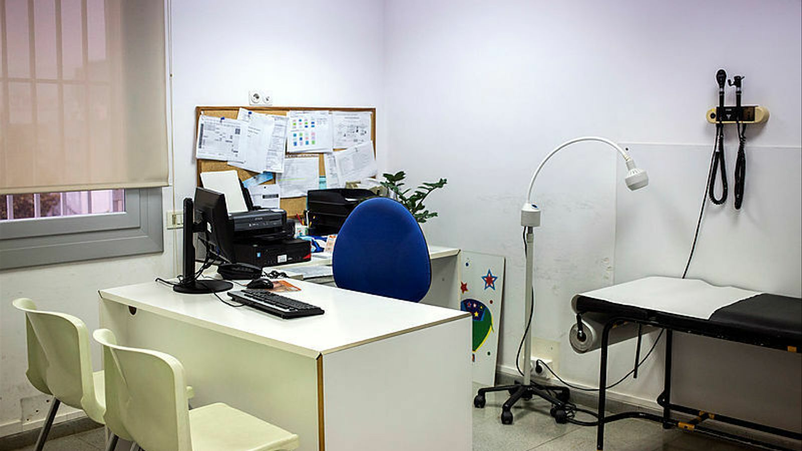 Una consulta d'un centre d'atenció primària buida.