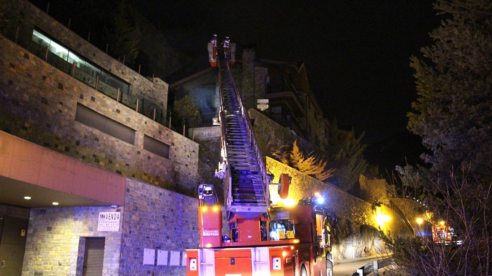 Els bombers extingint l'incendi. / M. M. (ANA)