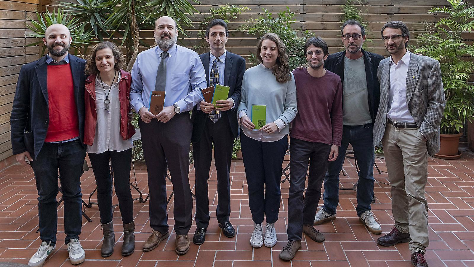D'esquerra a dreta, Jordi Graupera, Anna Punsoda, Oriol Quintana, l'editor Ignasi Moreta, Marina Porras, Raül Garrigasait, Adrià Pujol i Oriol Ponsatí-Murlà.
