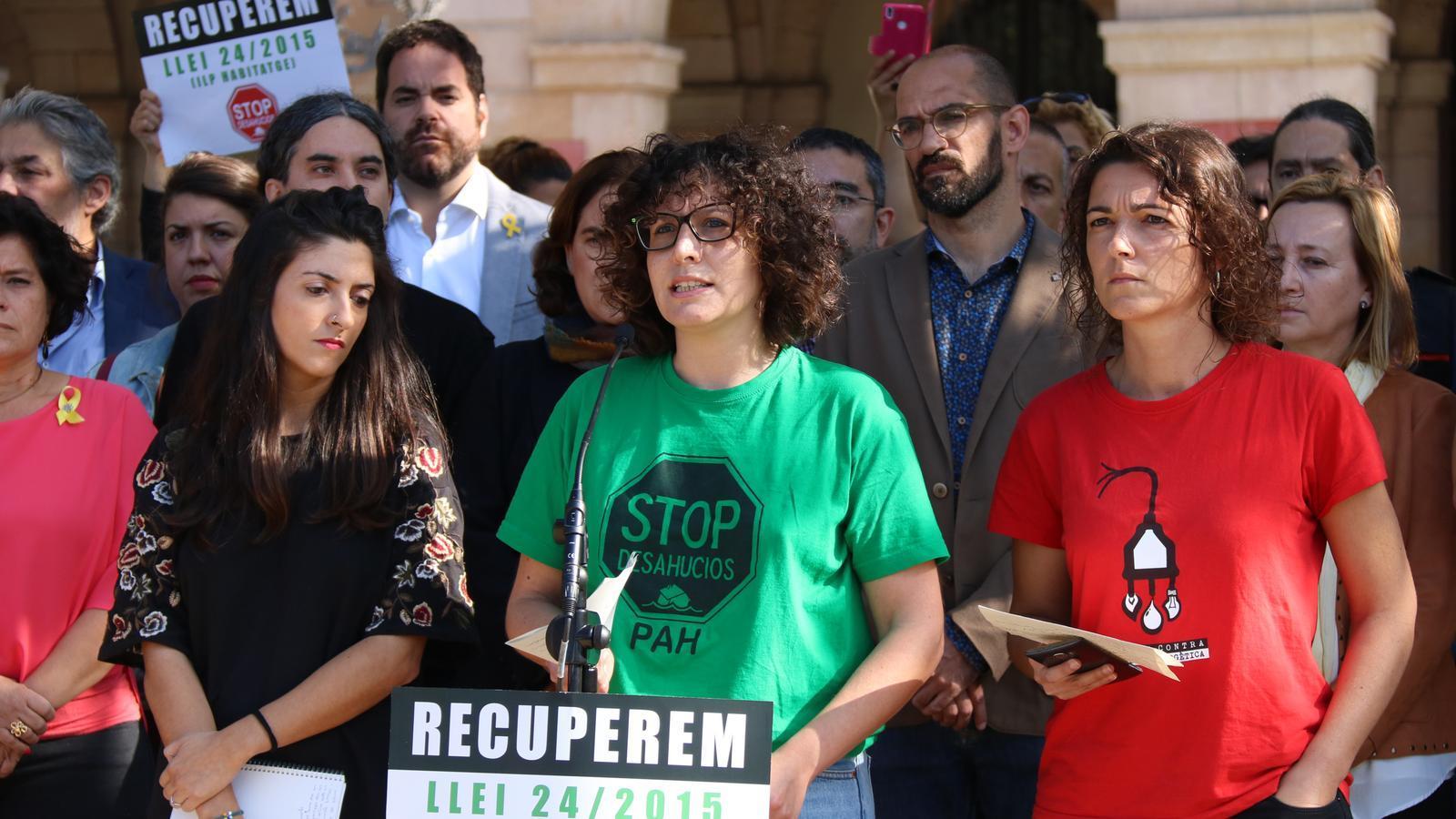 La portaveu de la Plataforma d'Afectats per la Hipoteca, Lucía Delgado, durant l'acte d'aquest matí a l'entrada del Parlament de Catalunya