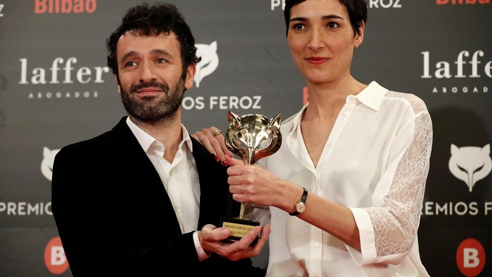 El director Rodrigo Sorogoyen i la guionista Isabel Peña amb un dels cinc premis Feroz guanyats per 'El reino'
