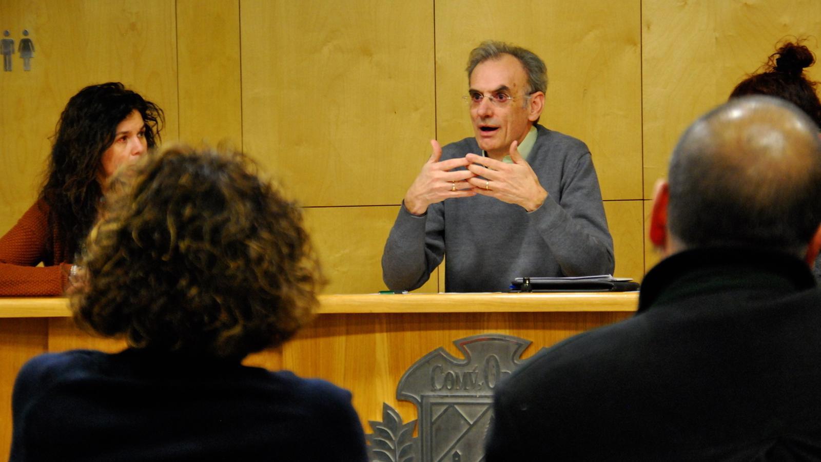 L'impulsor de la iniciativa, Lluís Babi, durant la reunió per tractar el futur del quart. / C. G. (ANA)