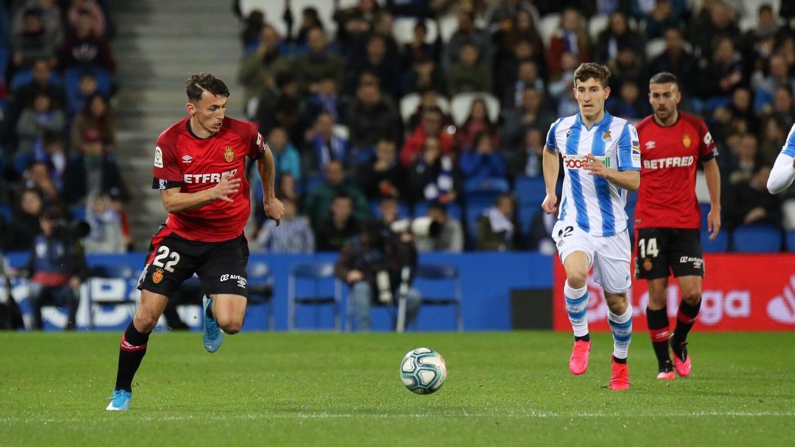 Ante Budimir condueix la pilota durant el partit contra la Reial Societat