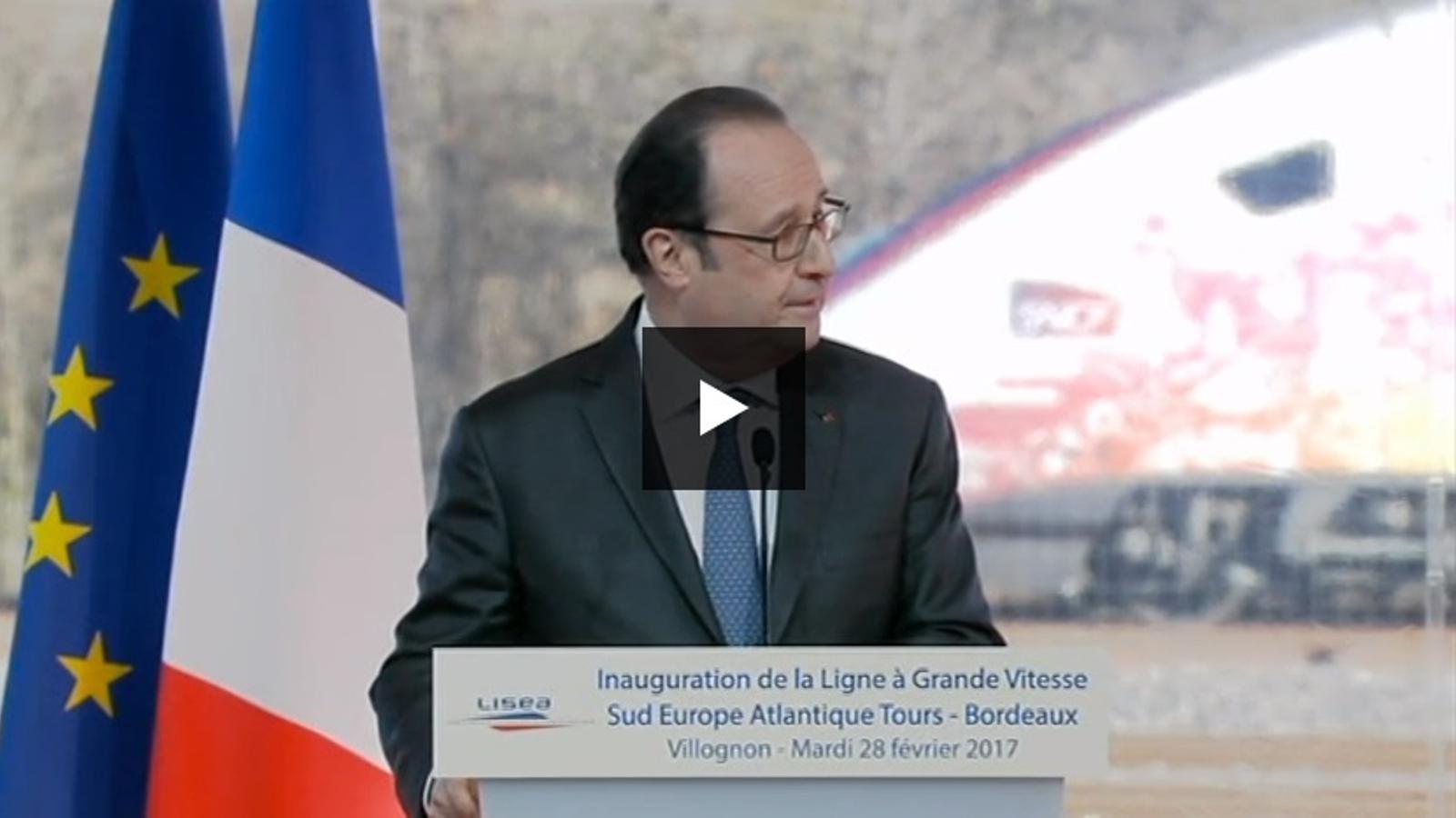Moment en què se sent el tret i Hollande interromp el discurs