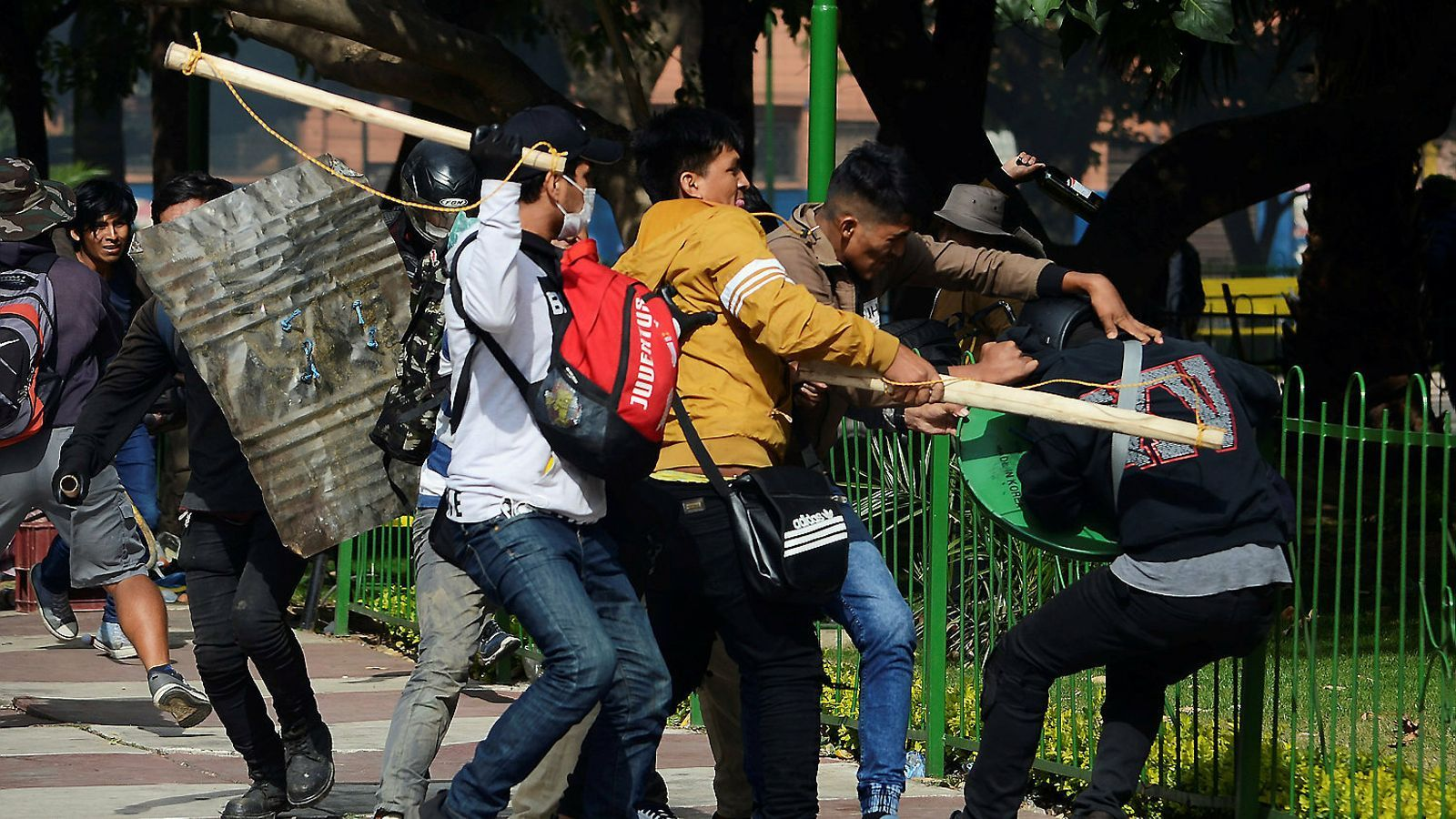 Bolívia s'endinsa en el caos