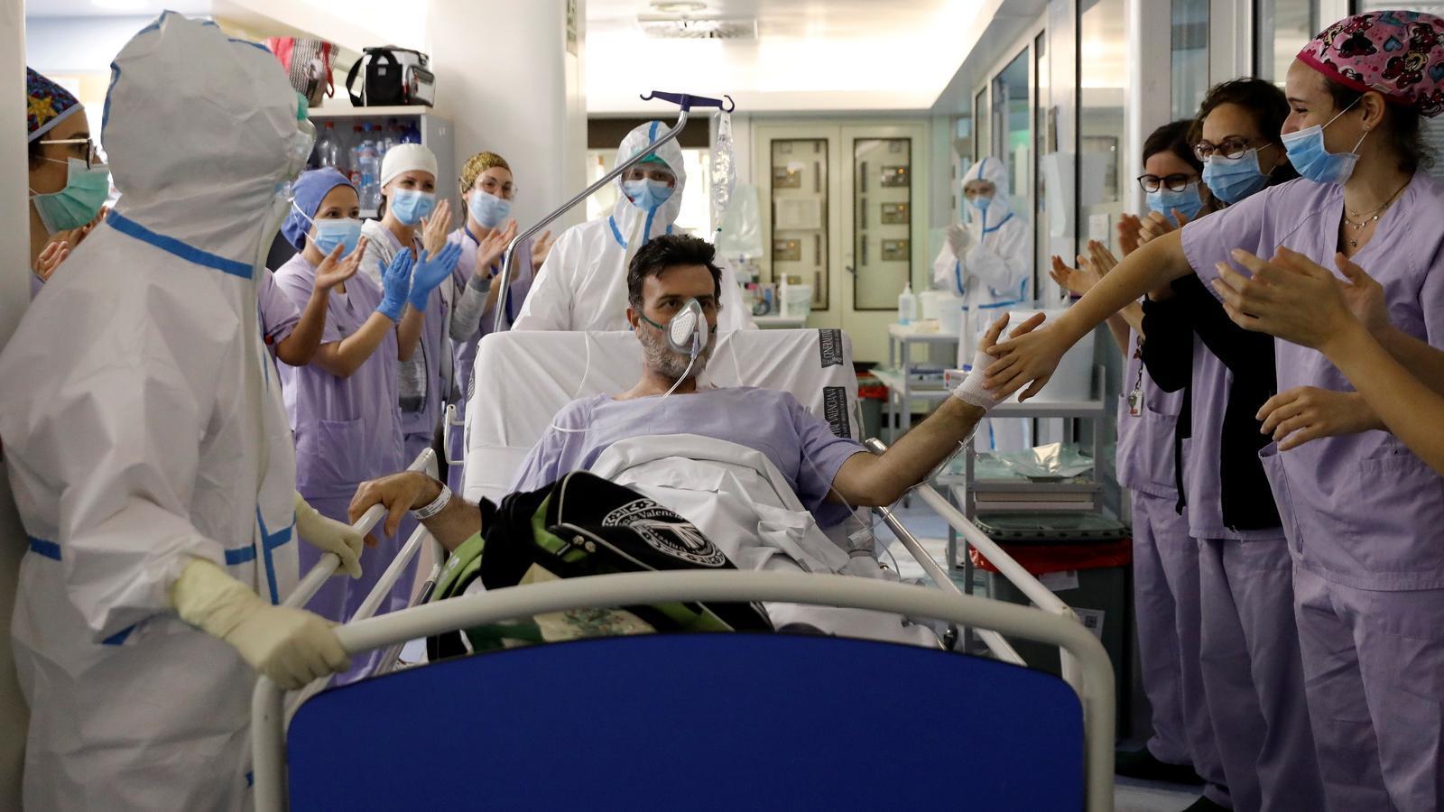 Un ciutadà contagiat de coronavirus abandona la unitat de cures intensives de l'hospital Clínic de València