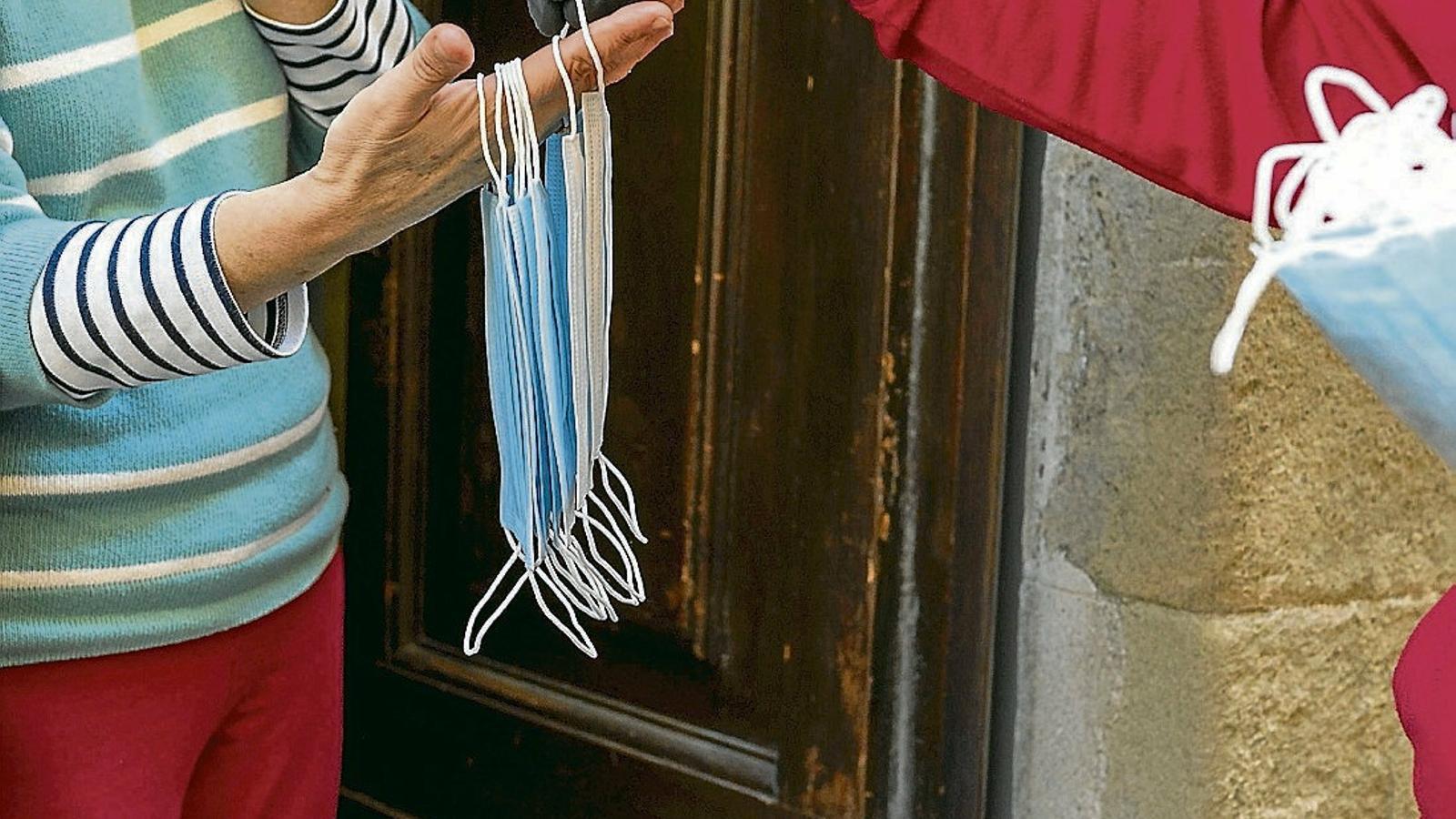Distribueixen mascaretes a la població de Florència.