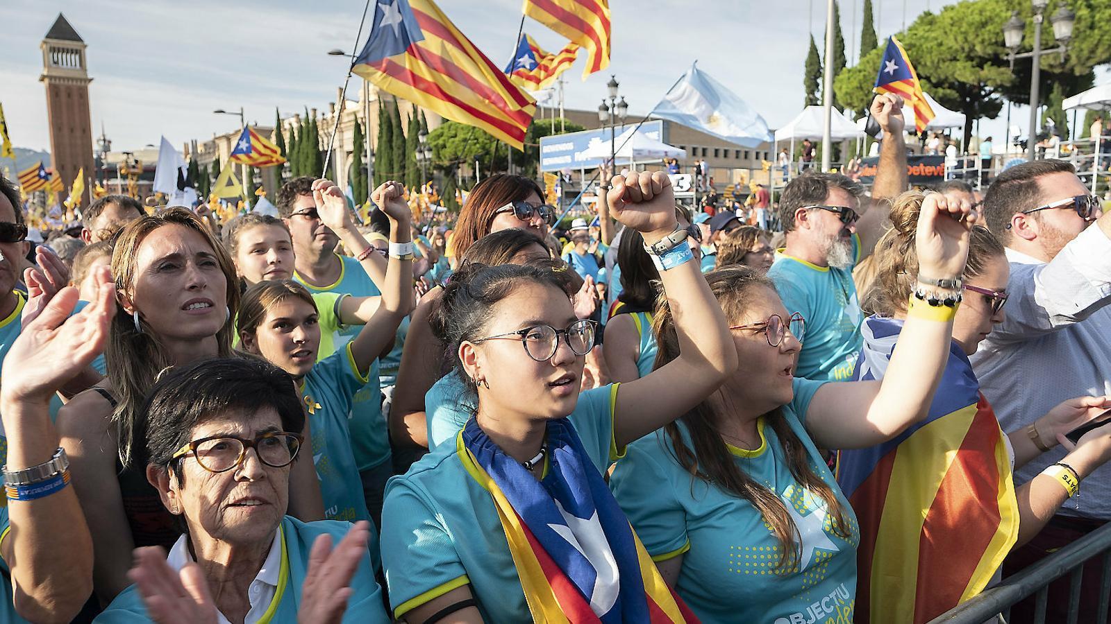Diverses manifestants aixecant els braços durant la manifestació d'ahir.