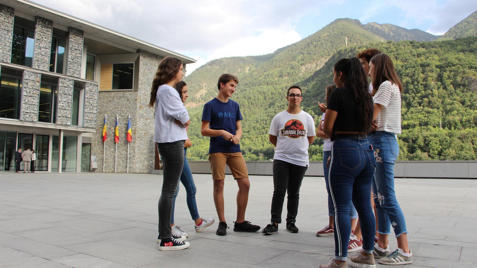 Alguns del joves que formen part de Fridays for Future Andorra a la plaça del Consell General. / T. N.