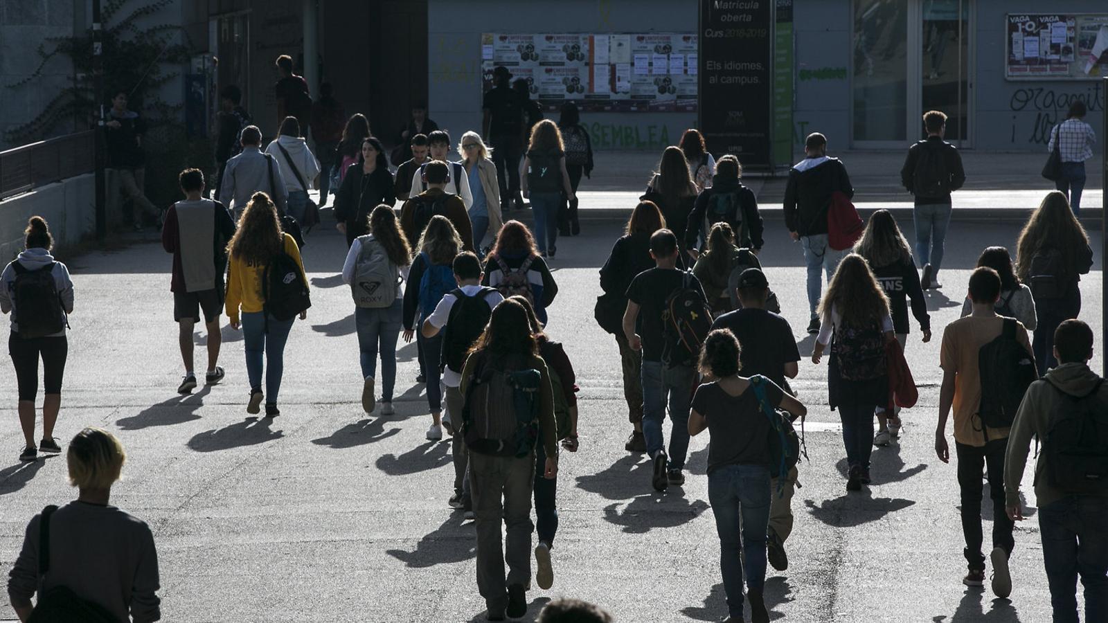 Estudiants caminant per la plaça Cívica de la Universitat Autònoma de Barcelona, a Cerdanyola.