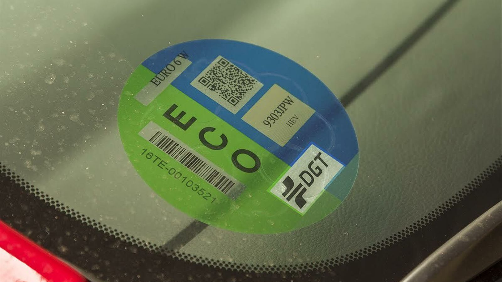 ¿És obligatori portar l'etiqueta ambiental al parabrisa?