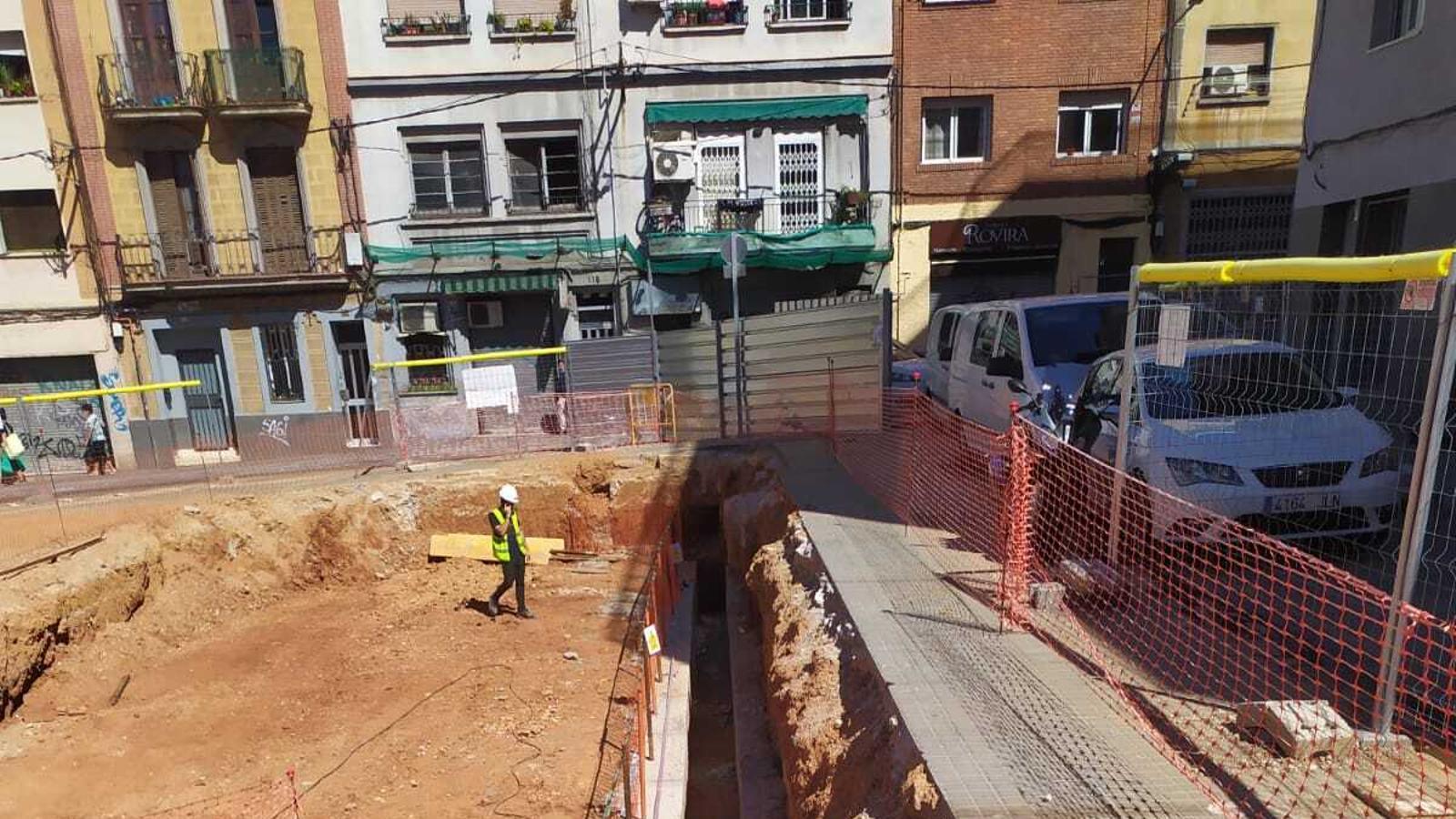 Restes del refugi antiaeri a les bres de l'escola Ernest Lluch de l'Hospitalet de Llobregat