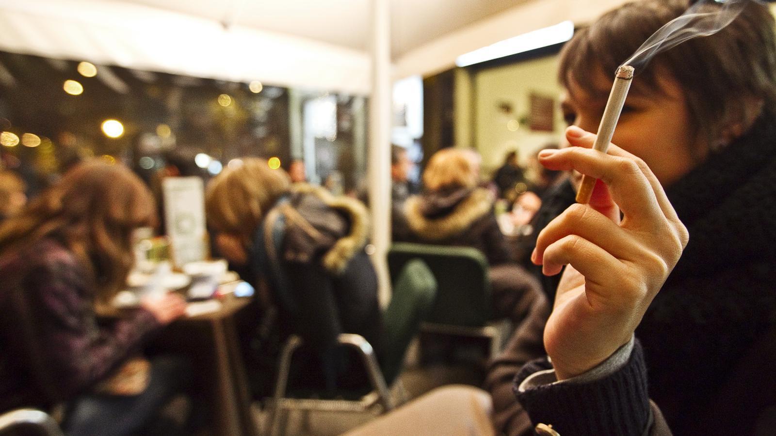 CONDEMNATS A LA TERRASSA  La prohibició de fumar als locals públics ha fet augmentar un 60% el nombre de terrasses als bars de Barcelona.