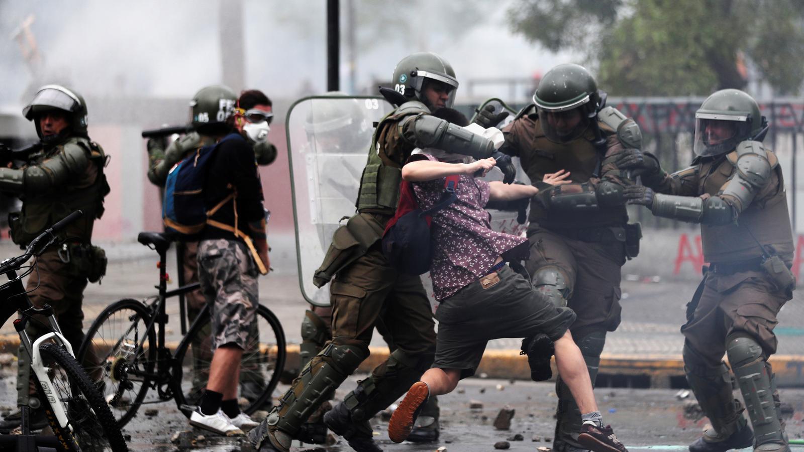 Els manifestants detinguts a Xile criden el seu nom per por a desaparèixer