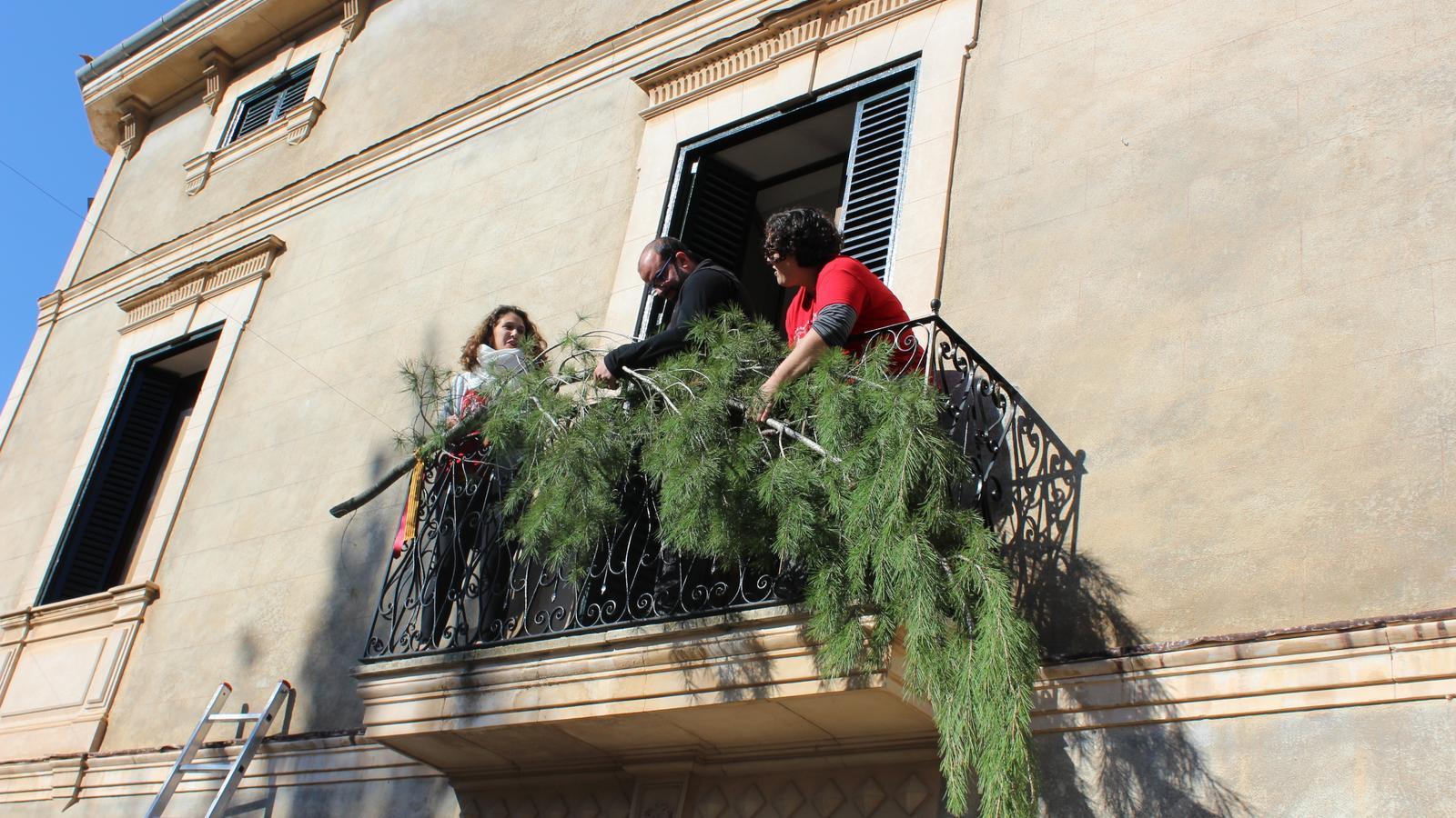 Penjada de brots de pi a una balconada de Santa Maria.