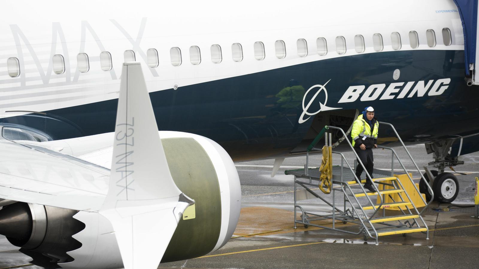 Un treballador, al costat d'un 737 Max a la fàbrica de Boeing a l'estat de Washington, el març passat.