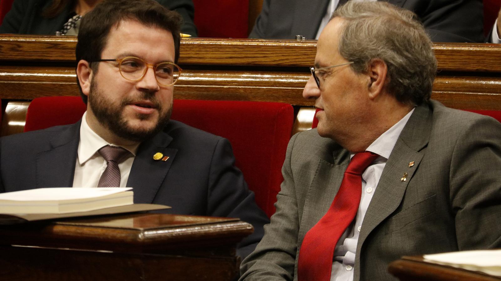 El vicepresident Pere Aragonès, ahir conversant amb el president de la Generalitat, Quim Torra, durant el ple del Parlament