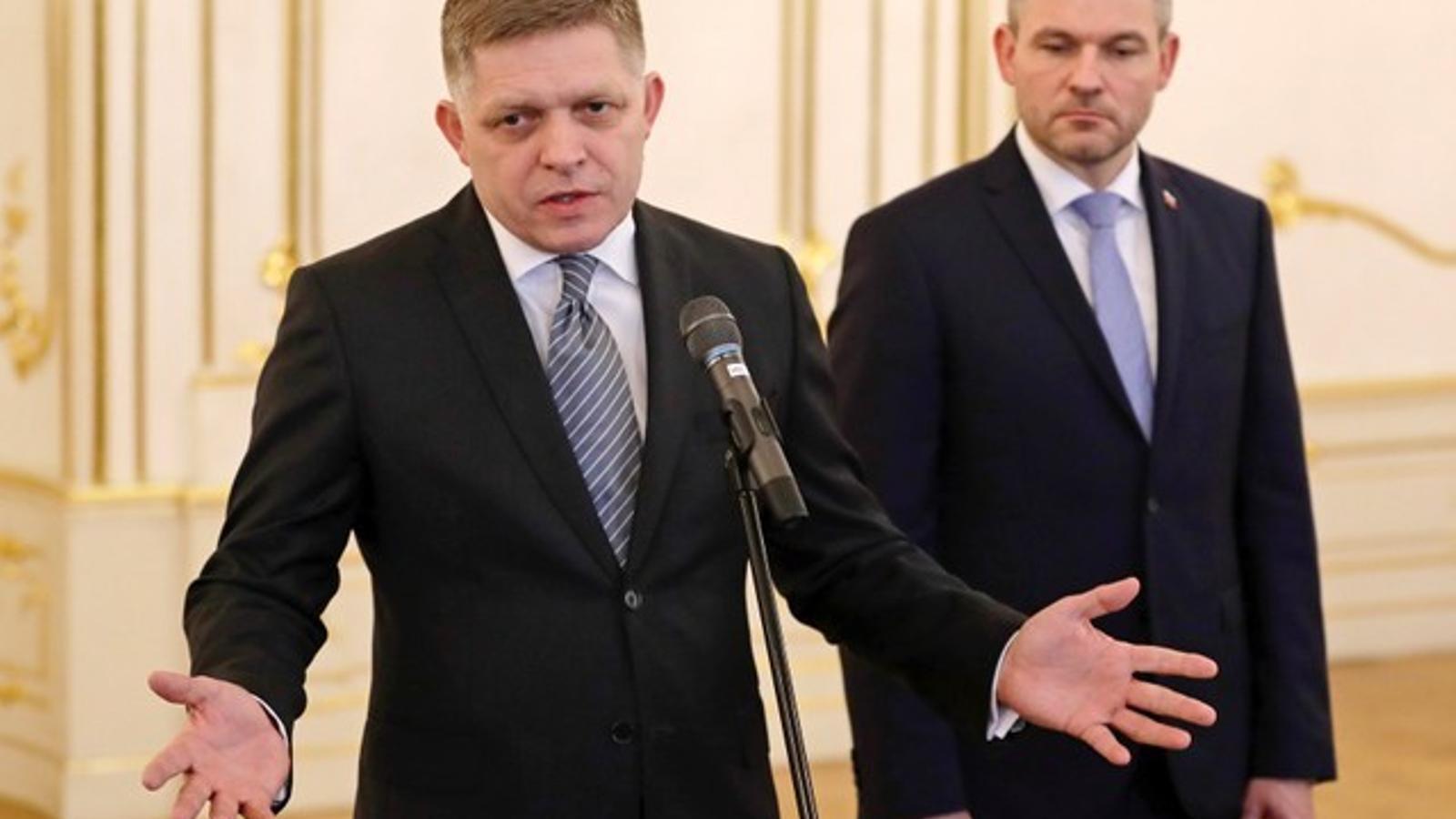 El primer ministre sortint d'Eslovàquia, Robert Fico, anuncia la seva dimissió al costat del seu successor, Peter Pellegrini.