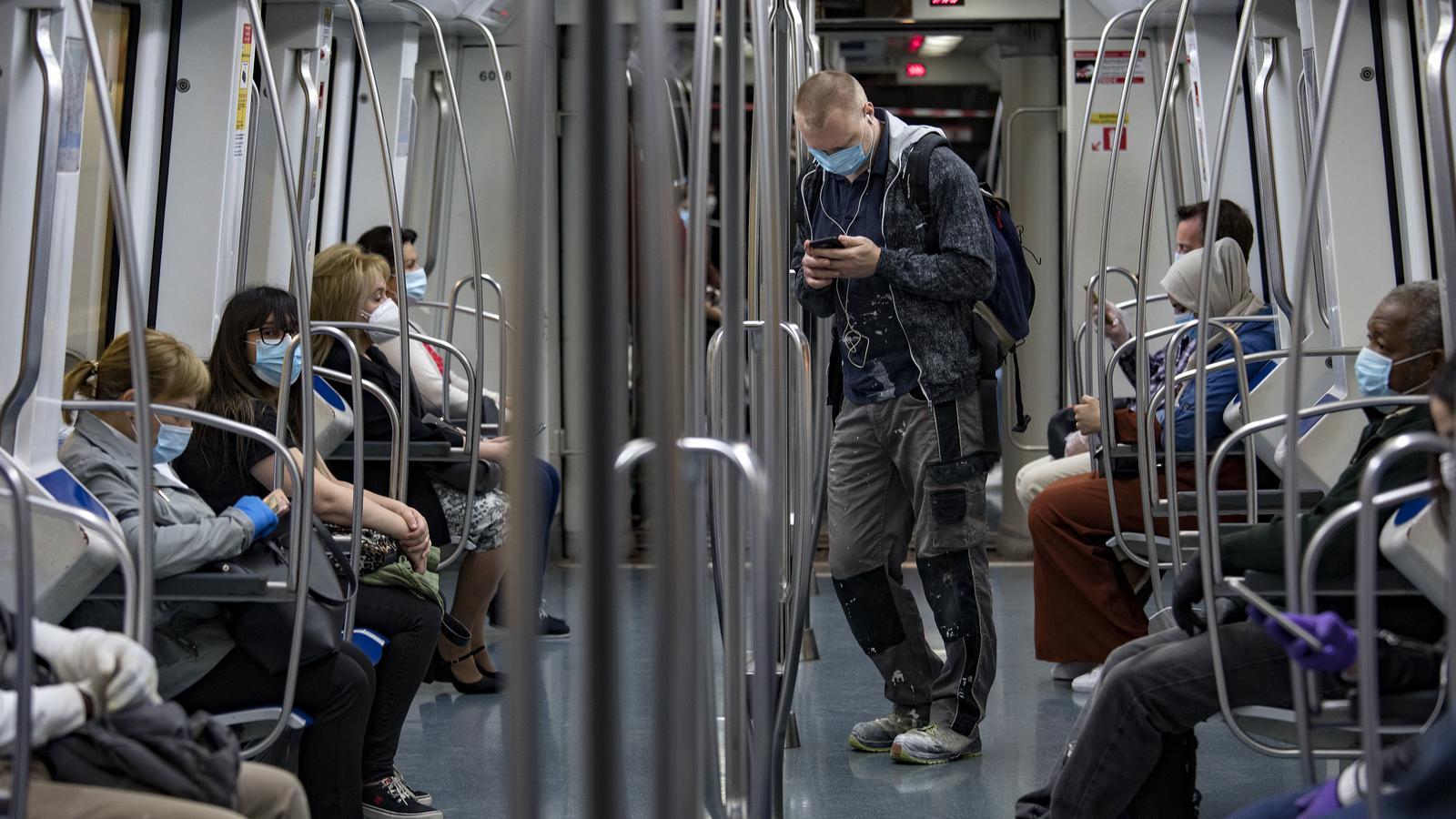 El metro de Barcelona, amb tots els usuaris amb mascareta