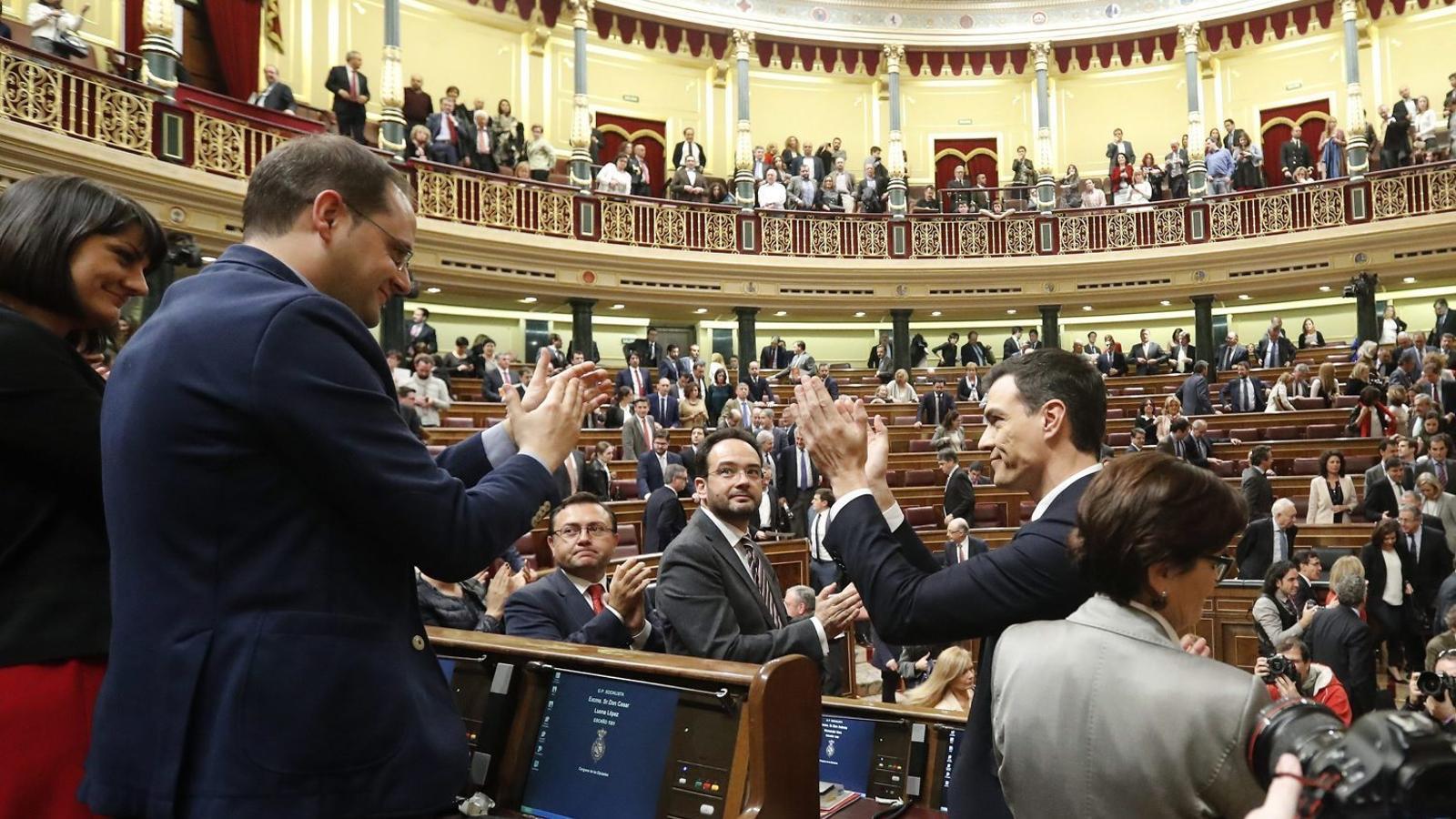 Pedro Sánchez aplaudit després de la seva segona investidura fallida, quan va rebre el suport del PSOE, C's i CC.