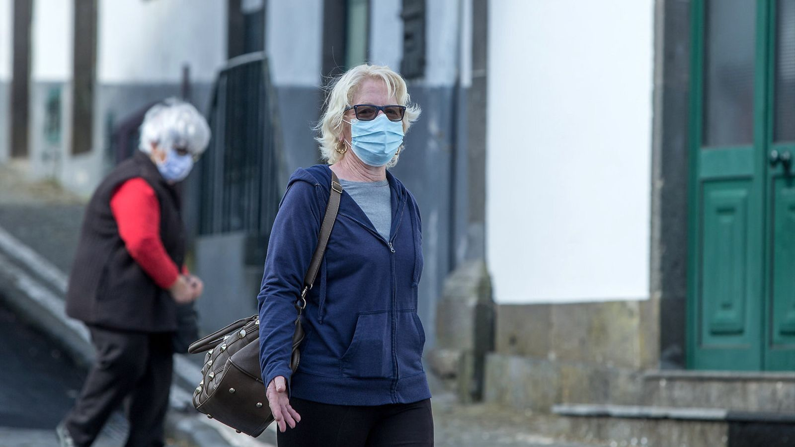 Una dona passejant pels carrers de São Miguel, una de les illes Açores.