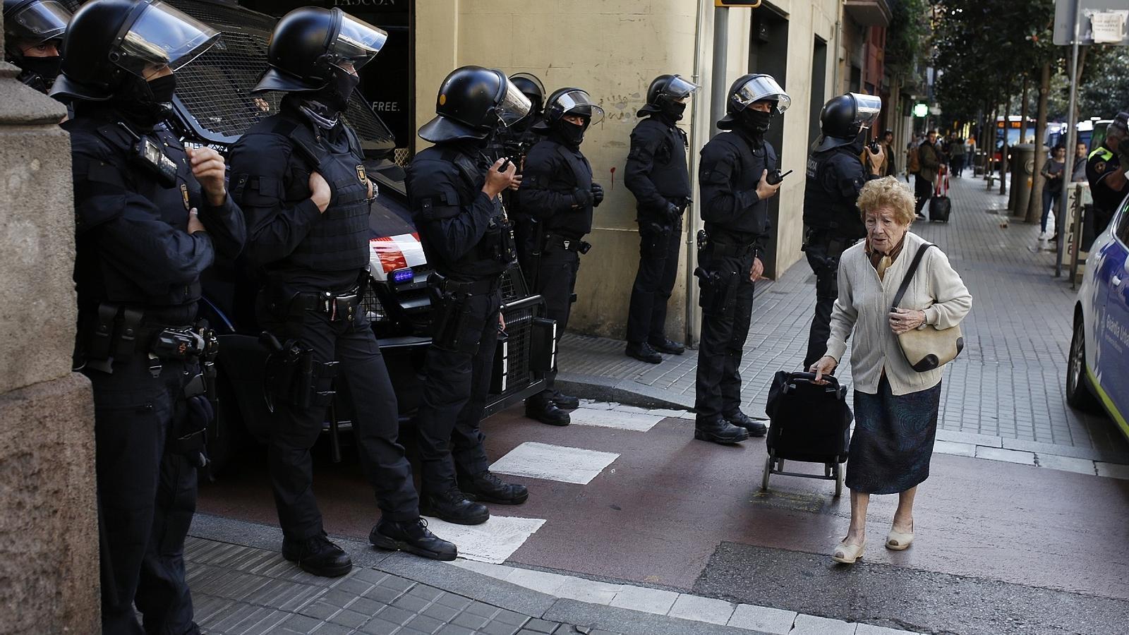 Desallotgen un bloc ocupat a Gràcia que Colau va voler comprar
