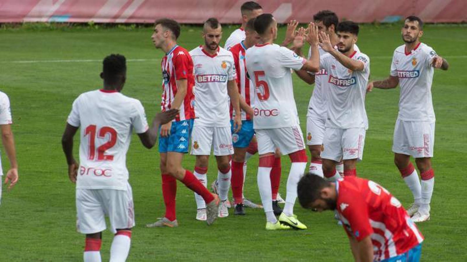 Jugadors dels dos equips al camp del Lugo