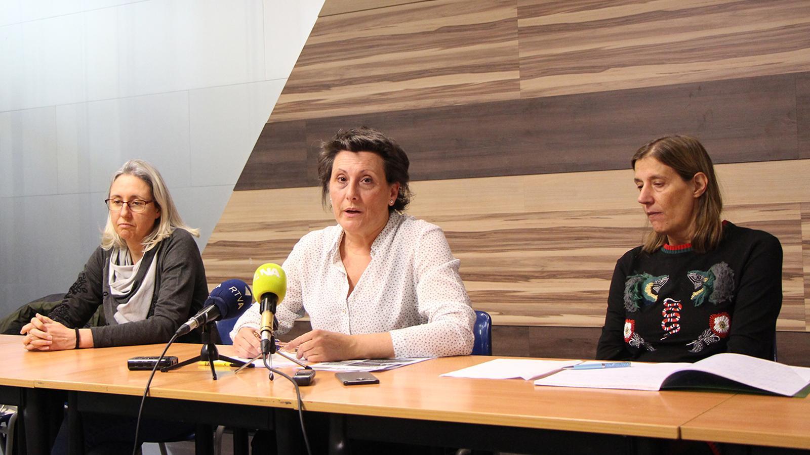 La presidenta del Sindicat de treballadors del comú d'Andorra la Vella, Emi Matarrodona, al centre, durant la roda de premsa d'aquest dimecres. / M. F. (ANA)