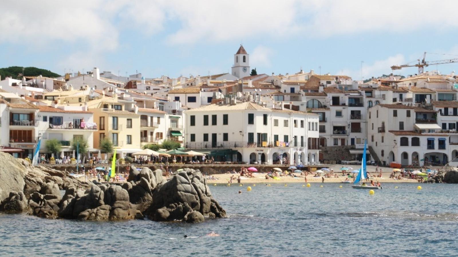 La platja de Calella de Palafrugell és un dels indrets del litoral que l'ajuntament vol convertir en espai lliure de fum