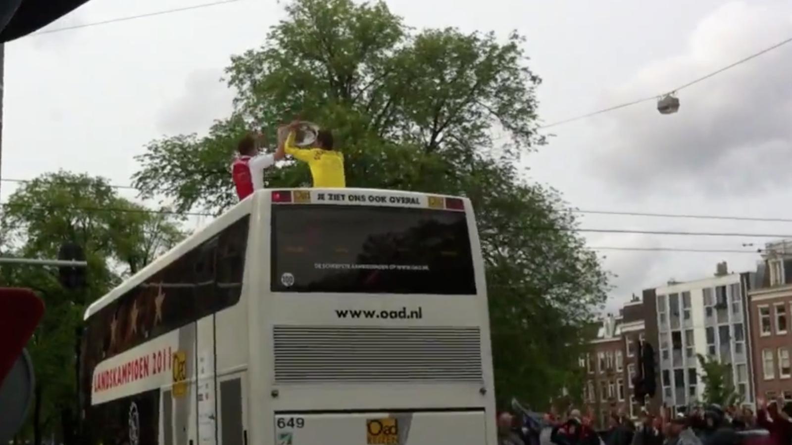 El porter Stekelenburg fa de Sergio Ramos i tira el trofeu en la celebració de l'Ajax