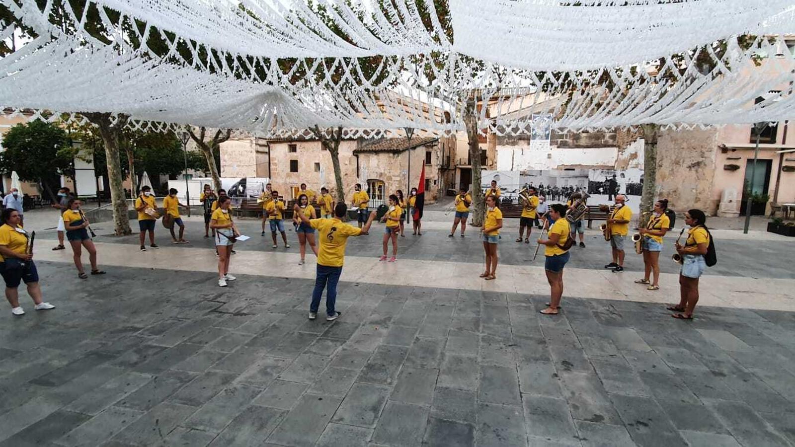 La banda de música tocant a la plaça del poble. / MATEU SOLER