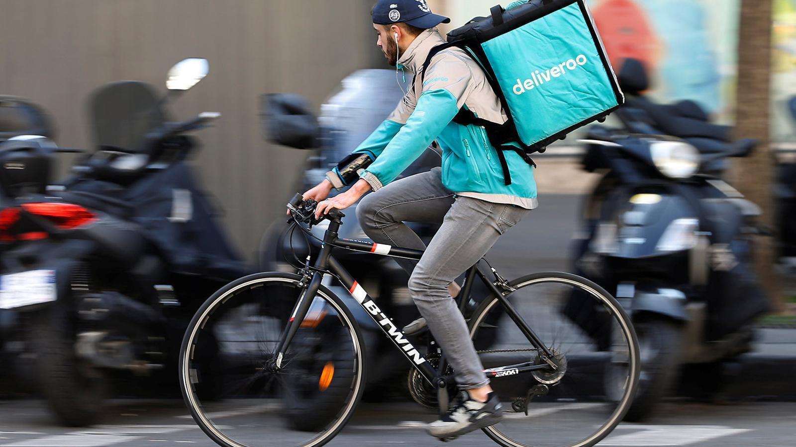Uber negocia la compra de Deliveroo per un mínim de 1.700 milions d'euros