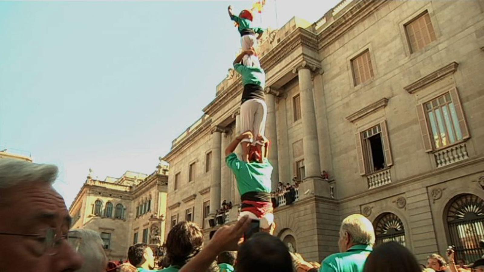 La diada castellera de la Mercè amb colles convidades omple la plaça Sant Jaume