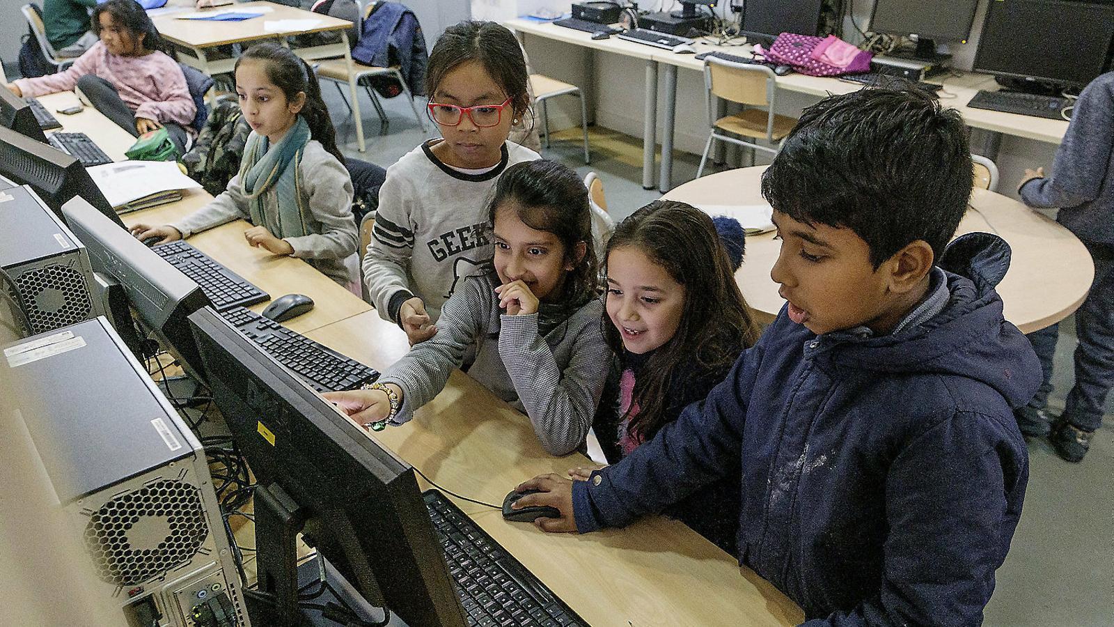 Un grup de nenes, a l'Espai Tecnològic del Casal dels Infants
