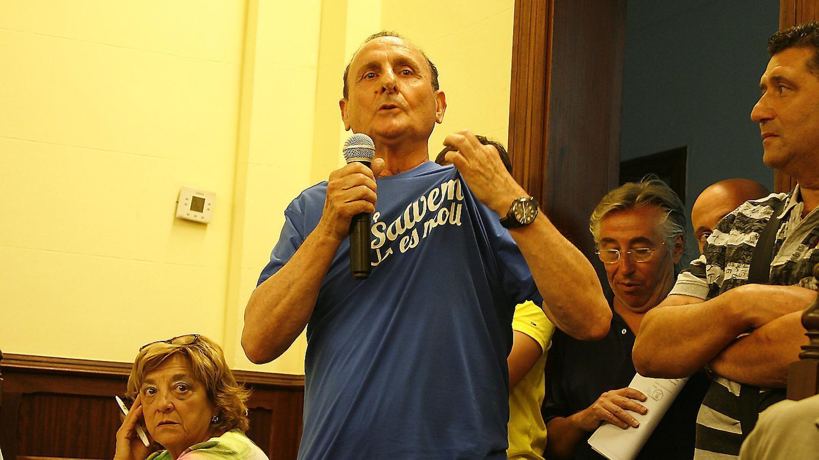 Sebastià Cifre, un dels membres de la plataforma, durant la intervenció en el ple que tractà l'ampliació d'Alcudiamar.