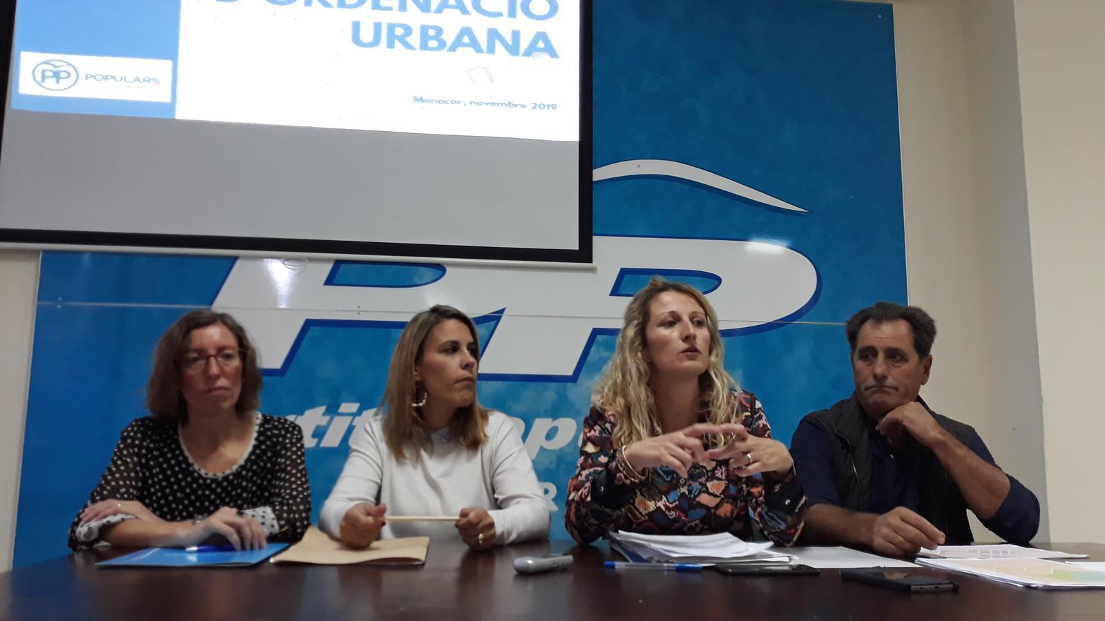 El Grup de regidors del PP-Manacor amb la portaveu explicant el canvi de criteri sobre el PG que s'ha aprovat.