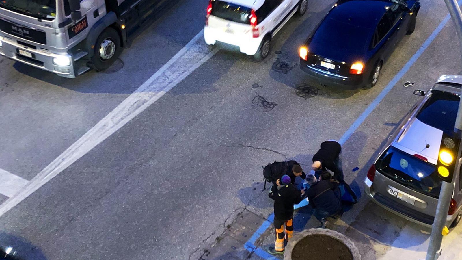 L'equip d'emergències atén la ferida després de l'atropellament. / C. P. (ANA)