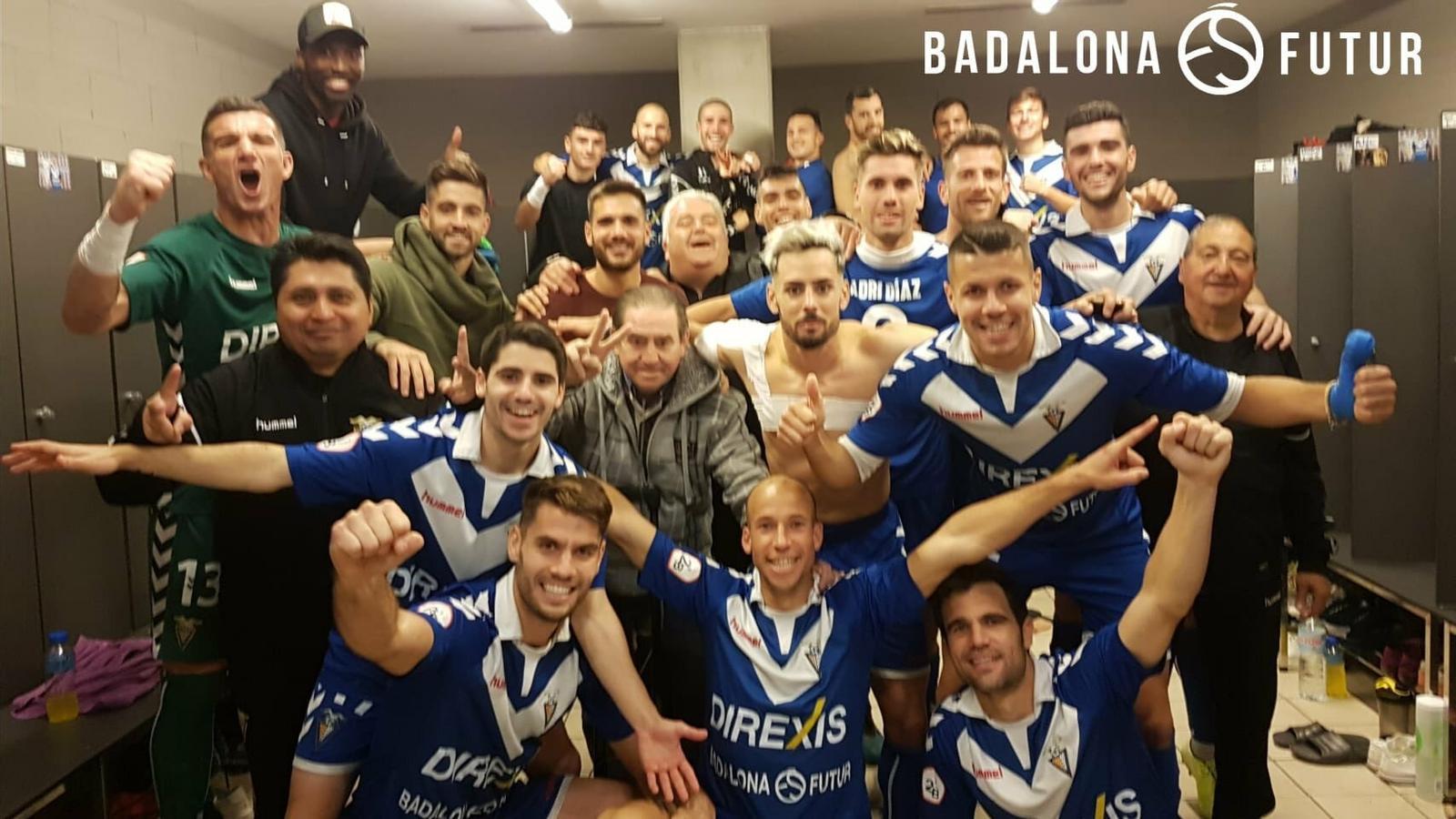 Els jugadors del Badalona celebren una victòria al vestidor