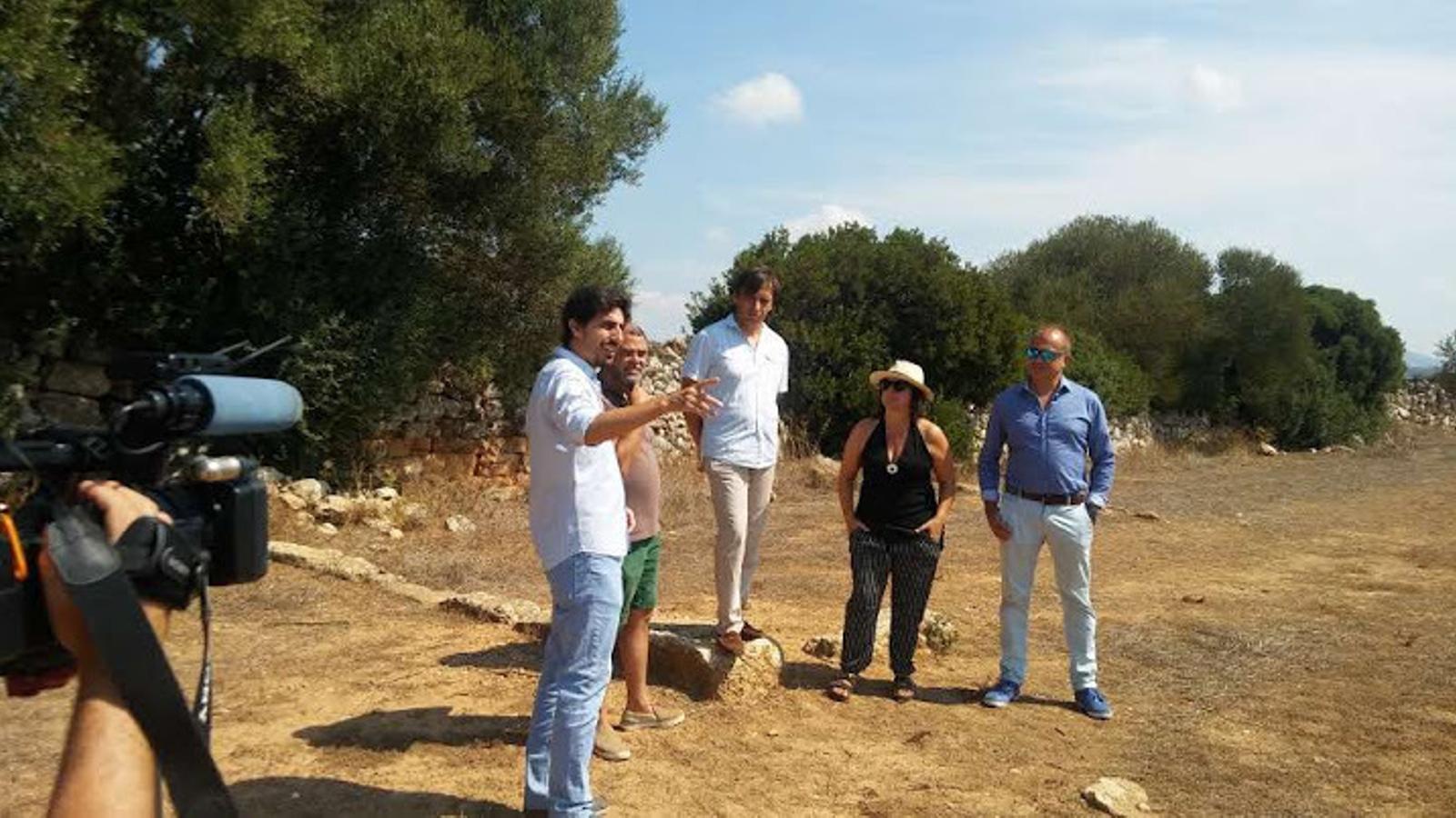 Durant la visita al poblat d'Els Antigors, el batle de Ses Salines, arqueòleg de professió, ha localitzat un fragment de ceràmica púnico-ebusitana a l'entorn del temple del jaciment