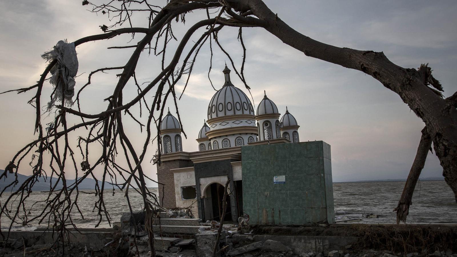 Saquejos i robatoris, el nou tsunami a Indonèsia