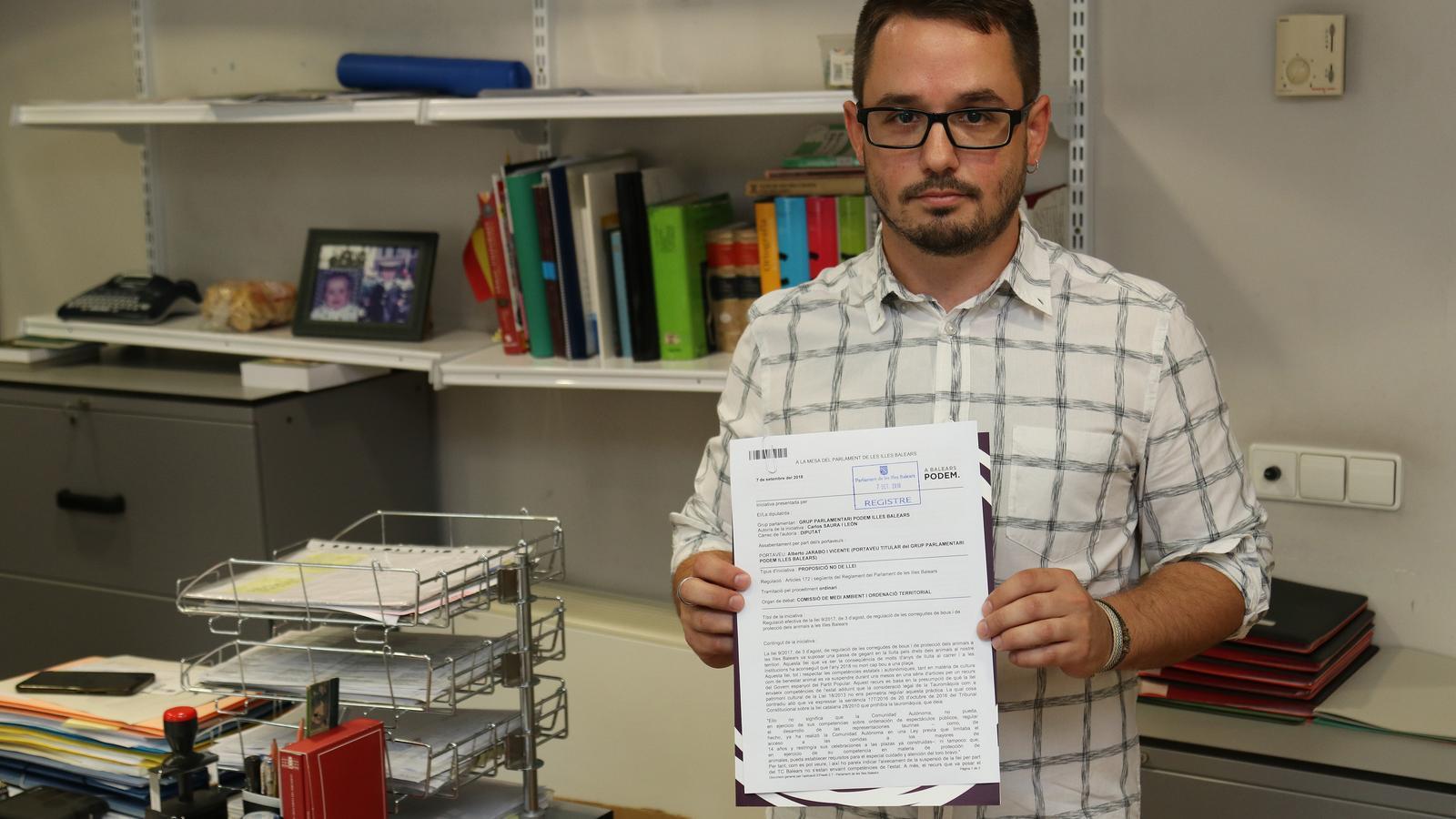 Carlos Saura al moment de registrar la iniciativa al registre.