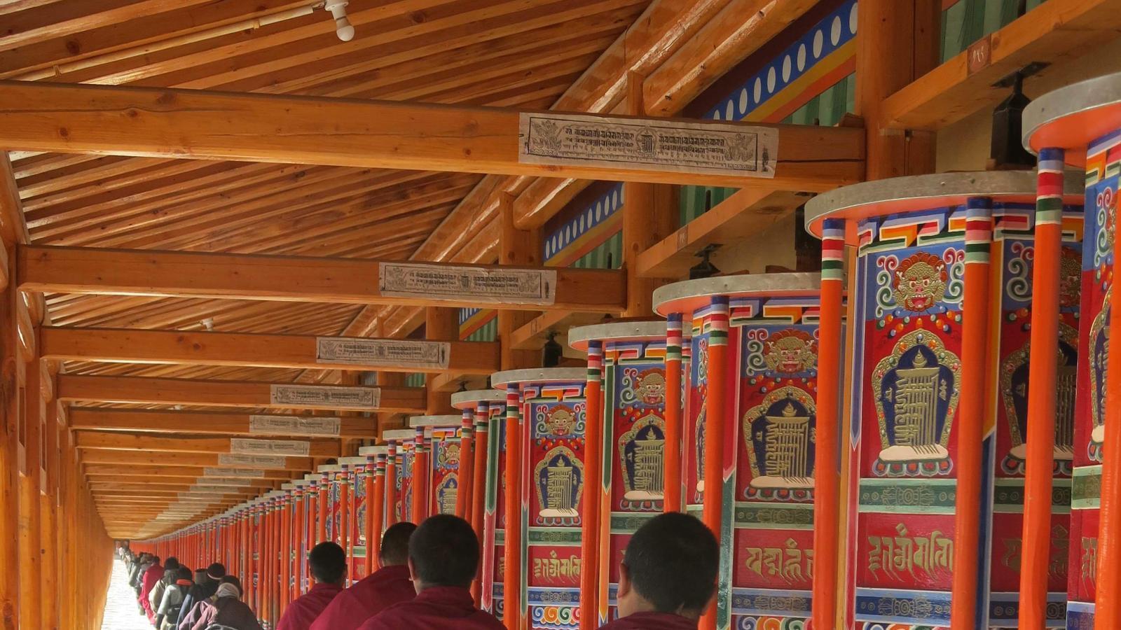 Monjos fent girar molinets d'oració al monestir budista de Labrang / Xavier Moret