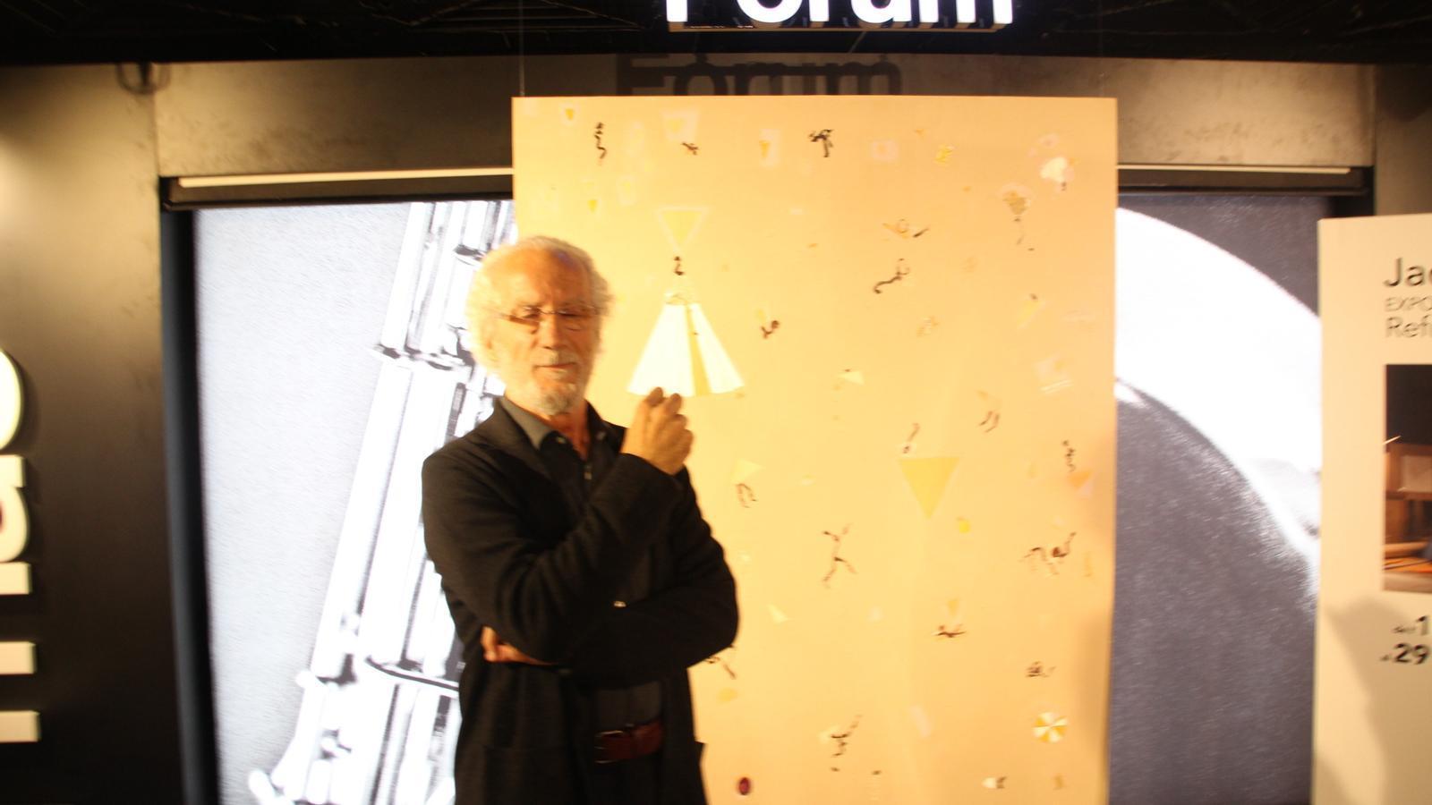 Jacint Todó, artista, al costat d'una pintura de la col·lecció Refugis. / M. R. F.